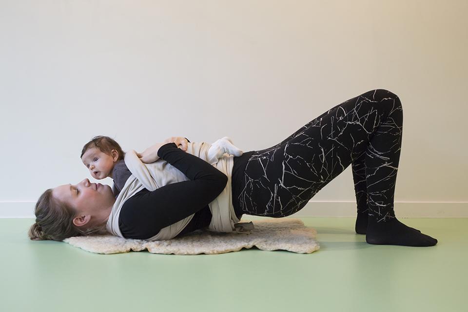 zwangerschapsyoga met baby op buik