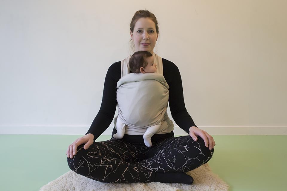 yoga na de zwangerschap met baby in draagdoek