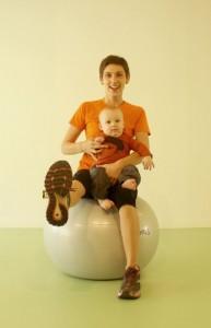 mama met baby op bal